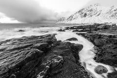 壮观的积雪的岩石在一个晴天 美丽的域前景横向挪威草莓 海岛lofoten 黑白的照片 库存图片