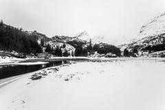 壮观的积雪的岩石在一个晴天 美丽的域前景横向挪威草莓 海岛lofoten 黑白的照片 免版税库存照片