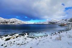 壮观的积雪的岩石在一个晴天 美丽的域前景横向挪威草莓 海岛lofoten 免版税图库摄影