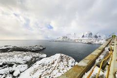 壮观的积雪的岩石在一个晴天 美丽的域前景横向挪威草莓 海岛lofoten 免版税库存图片