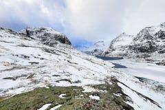 壮观的积雪的岩石在一个晴天 美丽的域前景横向挪威草莓 海岛lofoten 库存照片