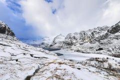壮观的积雪的岩石在一个晴天 美丽的域前景横向挪威草莓 海岛lofoten 库存图片