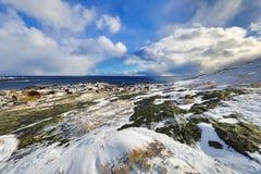 壮观的积雪的岩石在一个晴天 美丽的域前景横向挪威草莓 海岛lofoten 免版税库存照片