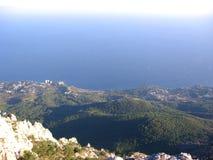 壮观的美丽如画的风景的顶视图在夏天山的海天线游人 免版税库存照片
