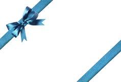 壮观的蓝色织品丝带和弓 背景查出的白色 免版税库存图片