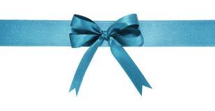 壮观的蓝色织品丝带和弓 背景查出的白色 免版税图库摄影