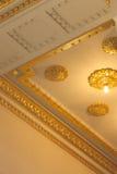 壮观的金天花板建筑学 库存照片