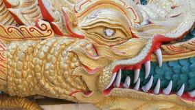 壮观的金黄龙构筑步对金黄大菩萨的雕象 龙临近在大金黄的入口 股票视频