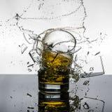 壮观的高速射击威士忌酒Glasees打破 免版税库存图片