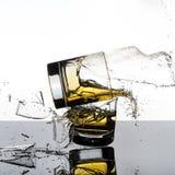 壮观的高速射击威士忌酒Glasees打破 库存图片
