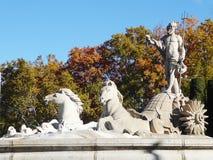 壮观的Fuente de Neptuno海王星Fountain在广场de Canovas del卡斯蒂略的 库存照片