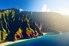 壮观的Na梵语海岸,考艾岛美好的鸟瞰图  免版税库存照片
