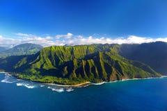 壮观的Na梵语海岸,考艾岛美好的鸟瞰图  免版税图库摄影