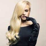 壮观美丽的头发的夫人 免版税库存图片