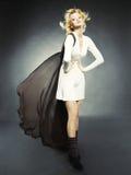 壮观美丽的白肤金发的礼服 免版税库存照片