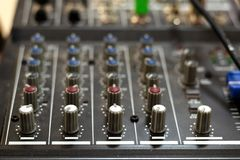 声卡混合 搅拌器co合理的混合的控制台和按钮  库存照片