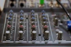 声卡混合 搅拌器co合理的混合的控制台和按钮  库存图片