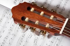 声学吉他特写镜头在音乐笔记的 库存照片