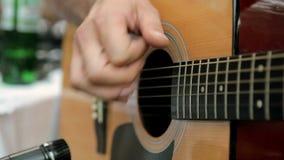 声学吉他人使用 股票录像