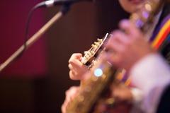 声学吉他吉他弹奏者使用。 免版税库存照片