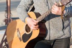 声学吉他吉他弹奏者球员 库存图片