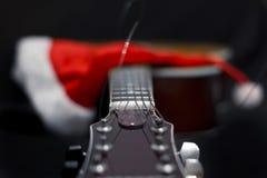 声学吉他和圣诞老人` s锥体 库存照片