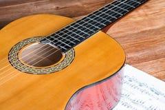 声学吉他和木背景 免版税库存图片