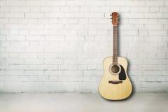 声学吉他在屋子里 免版税库存照片