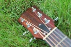 声学吉他床头柜 免版税图库摄影