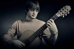 声学吉他球员吉他弹奏者 免版税库存照片