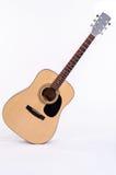 声学吉他站立对角地 免版税库存图片