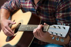 声学吉他音乐家使用 免版税库存照片