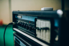 声放大器在录音音乐演播室 音乐家设备 免版税图库摄影