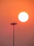 声明系统在日落期间的一个体育场内 图库摄影