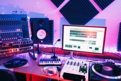 声测设备在专业录音室 免版税库存图片