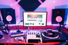 声测设备在专业录音演播室 免版税库存图片