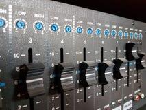 声音的放大器与黑颜色搅拌器的作用的  音响系统的现代音频技术 音乐会equipmen 库存图片