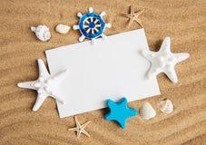 壳、seastars和一张空白的明信片 图库摄影