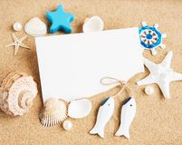 壳、seastars和一张空白的明信片 免版税库存图片
