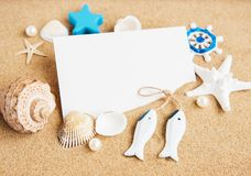 壳、seastars和一张空白的明信片 免版税库存照片