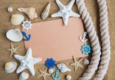 壳、seastars和一张空白的明信片 库存图片