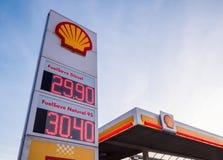 壳与广告盘区的加油站 免版税库存图片
