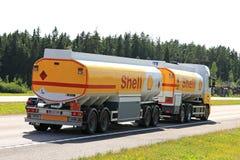 壳加油车拖拉沿高速公路的航空燃油 库存图片