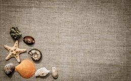 贝壳和亚麻制织品 在减速火箭的样式的夏天看板卡 库存图片