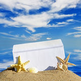贝壳和海星与开放信封与空白的信件 库存图片