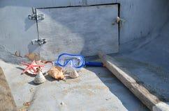 贝壳和潜水面具在老小船 库存照片
