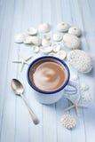 壳杯咖啡背景 库存照片