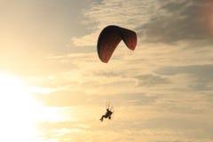 壳海岛,佛罗里达墨西哥湾powerchute日落 库存图片