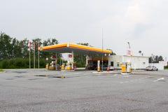 壳牌公司加油站在一个夏日 库存照片