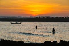 处于低潮中冲浪&钓鱼 免版税图库摄影